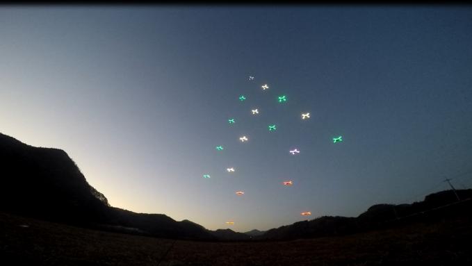 한국항공우주연구원이 개발한 군집드론의 실외 비행 모습. 드론 18대가 일정한 간격을 유지하며 크리스마스 트리 모양의 편대를 이루고 있다. - 항우연 제공